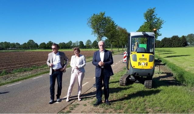 Vlnr: wethouder Nijland, wethouder Frank en Piet Grootenboer (directeur Glasvezel Buitenaf). Foto: PR