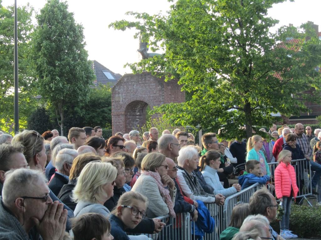 Veel belangstelling voor de dodenherdenking. Op de achtergrond het monument voorTante Riek. Foto: Bernhard Harfsterkamp  © Achterhoek Nieuws b.v.