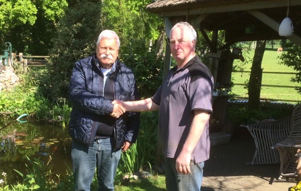 Rein de Heus (l.) neemt afscheid van poelier Hennie Hoffman. Foto: PR
