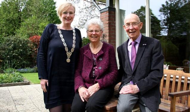 Burgemeester Besselink feliciteerde Joke en Daan van der Kolk. Foto: Liesbeth Spaansen