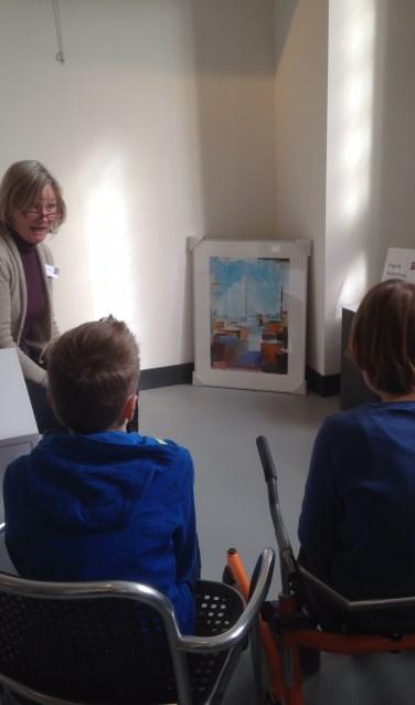 Anneke Bijlsma, vrijwilliger in het Stadsmuseum, bespreekt met een groepje leerlingen een schilderij. Foto: Janny Plasbeek