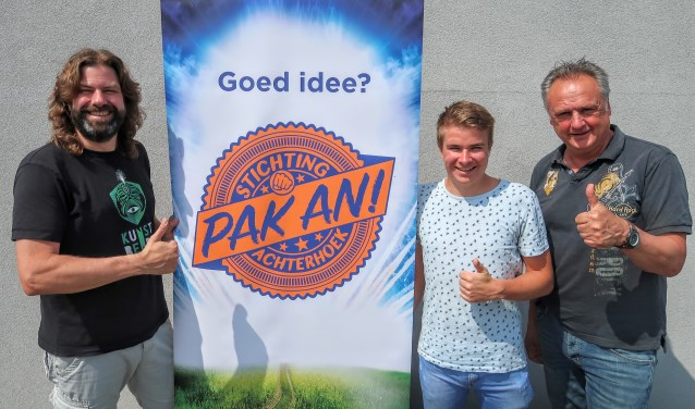 Pak An-directeur Johan Godschalk, student Stein Bouwmeister en Willy Hermans, uitgever van het boek Parels van de Achterhoek, één van de Pak An-initiatieven. Foto: Luuk Stam