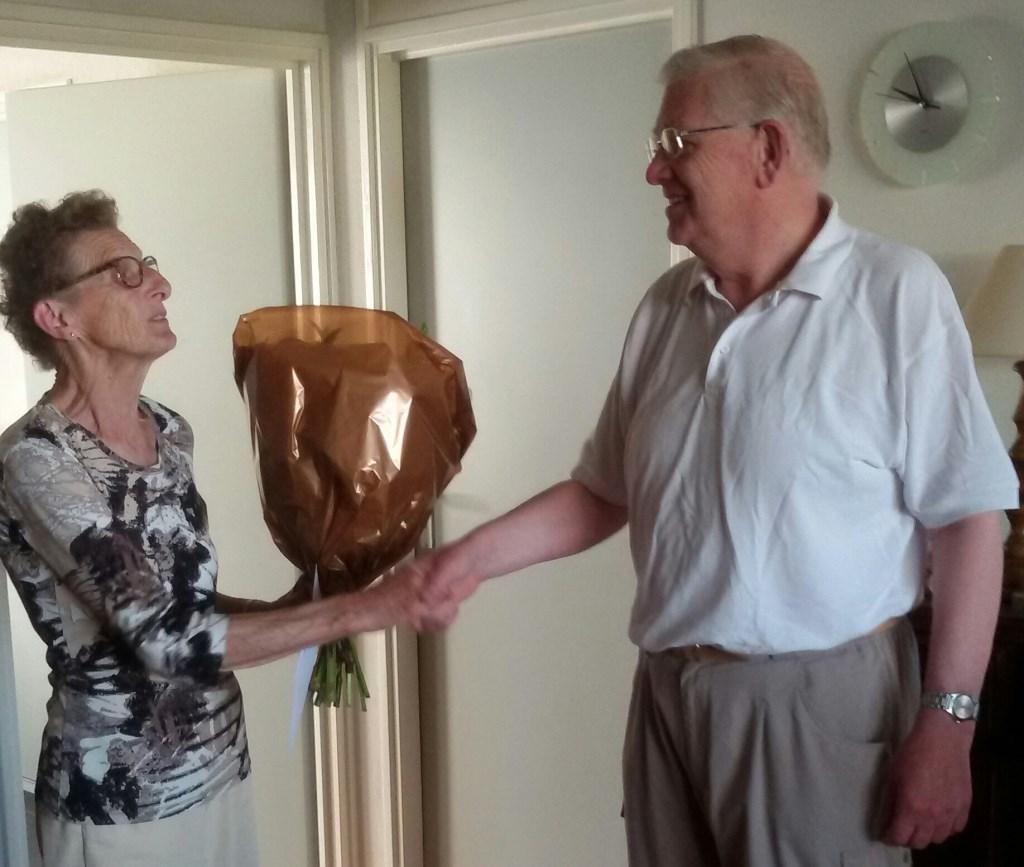 Gerda Ponds overhandigt bloemen aan de met recht genoemde 'gouden' jubilaris Jan Hendriks. Foto: Willy Engelbarts
