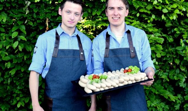 Wessel Starink en Marten Wolters van Keurslagerij en Echte Bakker Boenders met de bekroonde barbecueworst. Foto: Peter Steintjes