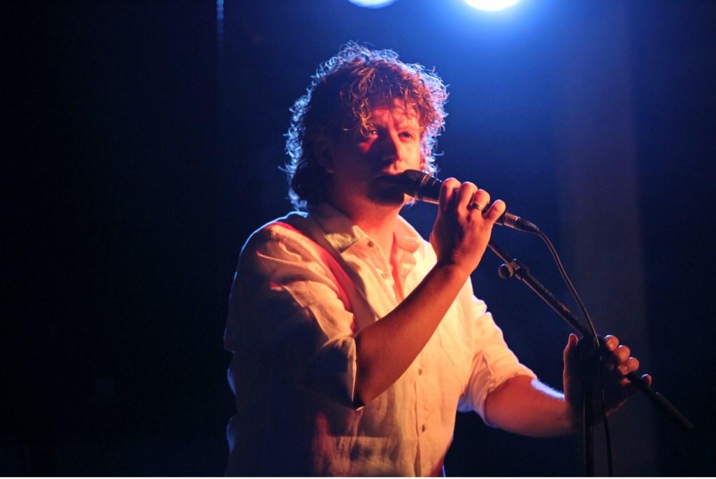 Rutger de Vries zingt liedjes die raken tijdens de Kaarsenceremonie. Foto: Liesbeth Spaansen  © Achterhoek Nieuws b.v.