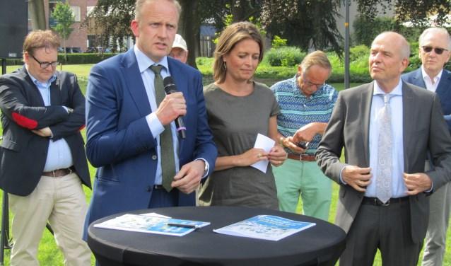 De nieuwe wethouders Wim Elferdink, Ilse Saris en Wim Aalderink. Foto: Bernhard Harfsterkamp