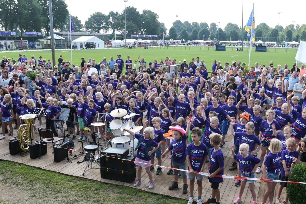 Jonge deelnemers van de KinderLoop in Bronckhorst doen eerst een de warming-up. Foto: Achterhoekfoto.nl/John Mokkink  © Achterhoek Nieuws b.v.