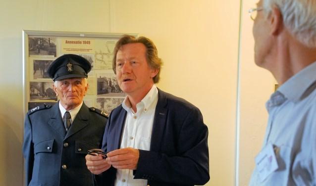 Ben Maandag (links) en Berend Ensering flankeren wethouder Gerard Nijland. Foto: Frank Vinkenvleugel Foto:  © Achterhoek Nieuws b.v.