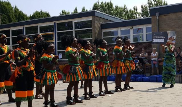 Oegandees koor blij met gulle cheque. Foto: PR