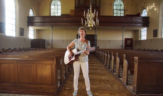 Wilma Pastors in de kerk van Breedenbroek. Foto: Frank Vinkenvleugel