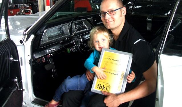 Raymond Freriks met dochtertje Noa in een Chrysler Impala oldtimer. Foto Reinier Kroesen