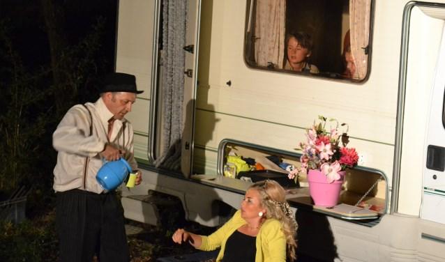 Vonne (Marloes ten Dolle) voor haar camper vlak voordat zij door Sjoks de Marskramer (Willem Naaijkens) overgehaald wordt een avontuurlijk leven tegemoet te gaan. Foto: Leander Grooten