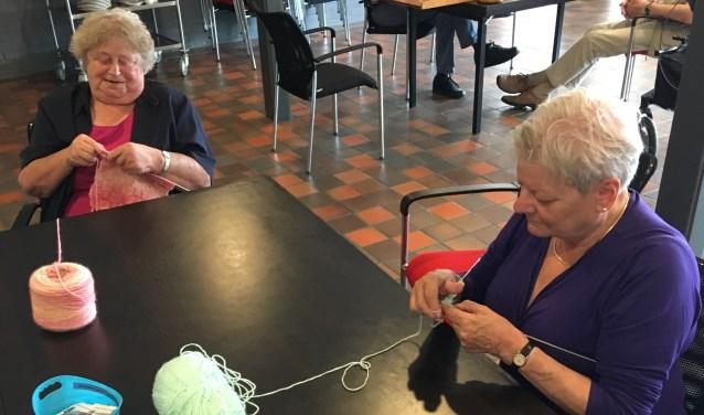 Erna Steman (77) en Hetty Fransen (69) zijn trouwe bezoekers van 'Ontmoeting en Dagbesteding'. Foto: PR