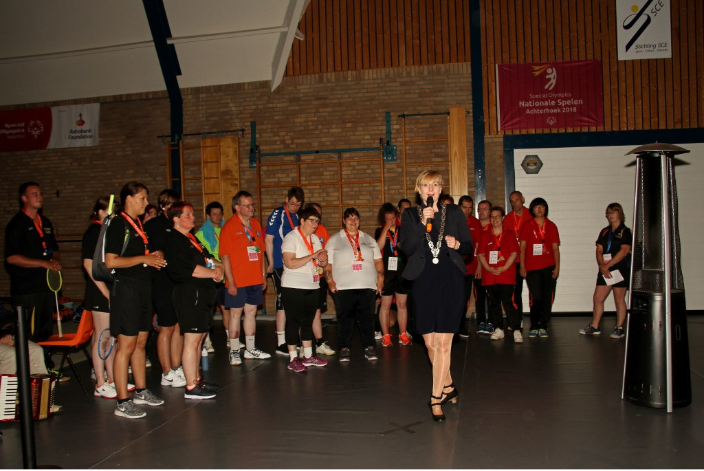 Burgemeester Marianne Besselink spreekt de spelers toe. Foto: Liesbeth Spaansen  © Achterhoek Nieuws b.v.