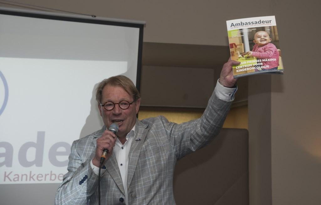 Voorzitter Theo Mijnen toont het eerste exemplaar van het Magazine 2018. Foto: Robin Sommers
