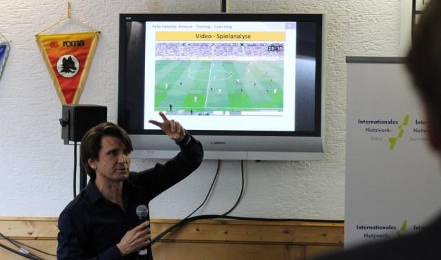 Profvoetbaltrainer Peter Hyballa doceert aan ondernemers uit de grensstreek. Foto: Tim Schuelingkamp