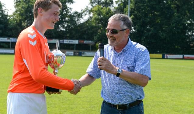 De wisselbeker voor het winnende team Zelos, werd uitgereikt door wethouder Evert Blaauw aan aanvoerder van Zelos Gijs Loman. Foto: Achterhoekfoto.nl/John Mokkink
