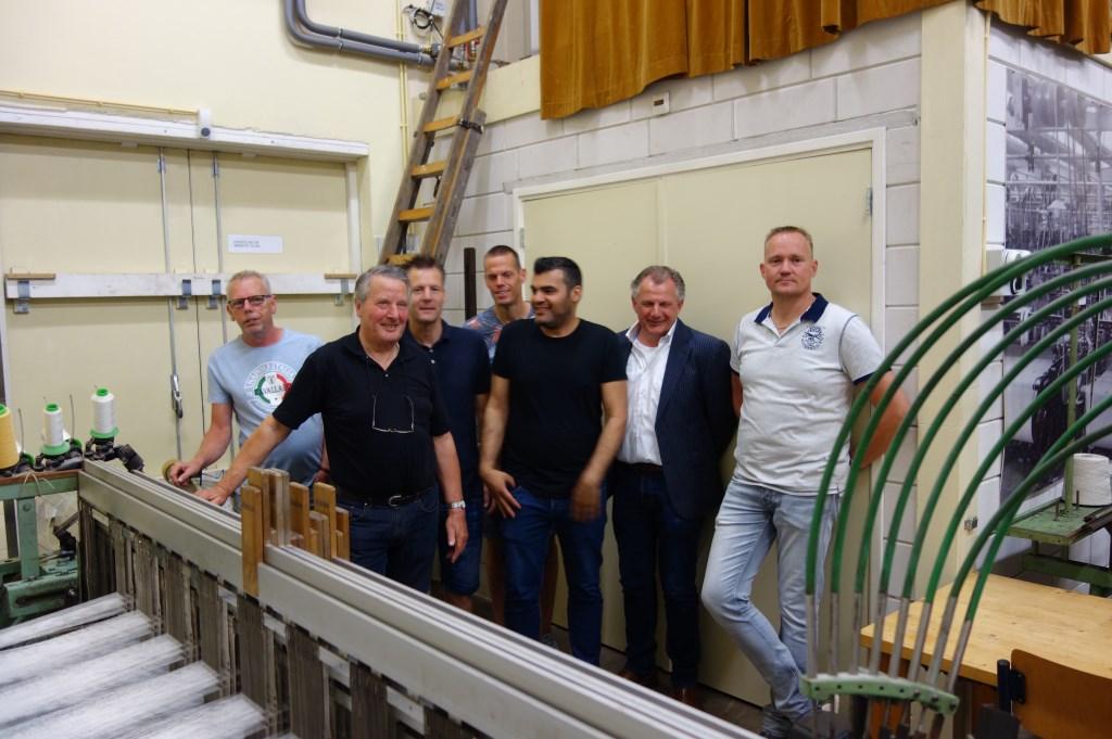 Een groep medewerkers van Gaudium, die in 2017 nog met de machine werkten. Foto: Clemens Bielen  © Achterhoek Nieuws b.v.