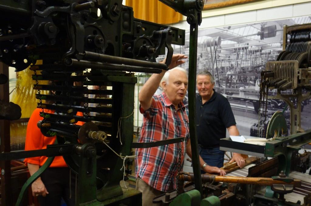 Uitleg over de de machine door Willy Eijkman. Foto: Clemens Bielen  © Achterhoek Nieuws b.v.