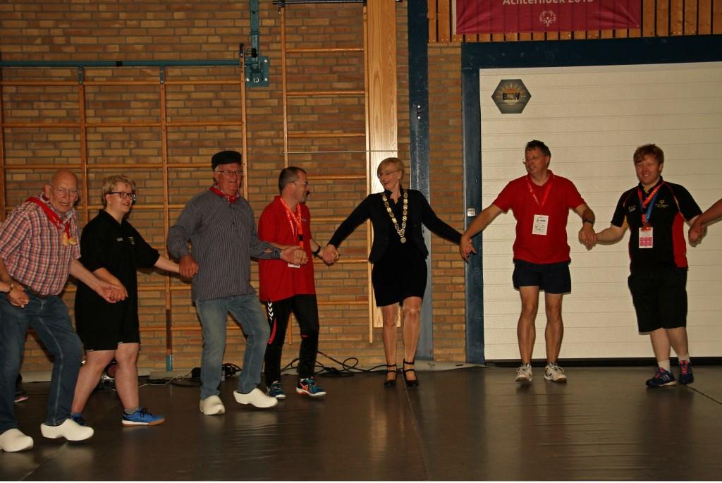 Burgemeester Besselink doet sportief mee met de warming-up. Foto: Liesbeth Spaansen  © Achterhoek Nieuws b.v.