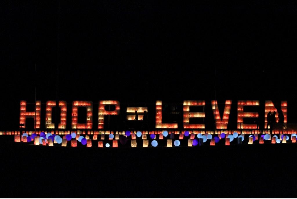 Het Pax terrein is tijdens de Kaarsenceremonie verlicht. Foto: Liesbeth Spaansen  © Achterhoek Nieuws b.v.