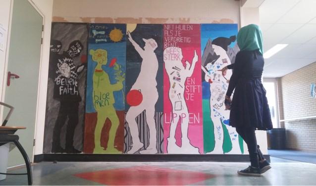 Leerlingen van de ISK exposeren levensgrote zelfportretten. Foto: Baukje Noordhoek