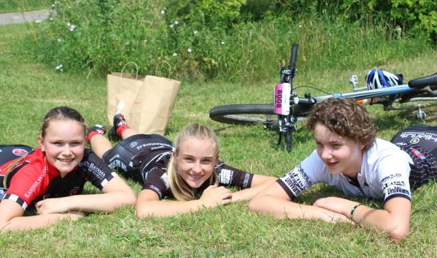 Indy, Lieke en Eva liggen te wachten op de prijsuitreiking voor de jeugd; Lieke (Vos uit Zutphen) is tweede geworden. Foto: Marlous Velthausz