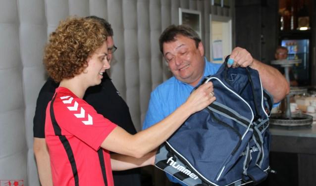 Aanvoerster Susan Wieggers ontvangt van Gerard Koster (Inter Primeur) de eerste sporttas. Foto: PR