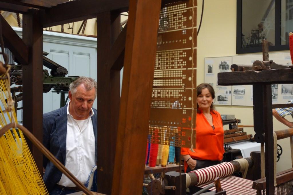 Bart Oonk en zijn vrouw Ans Stemerdink bij door Gaudium geschonken machine. Foto: Clemens Bielen  © Achterhoek Nieuws b.v.