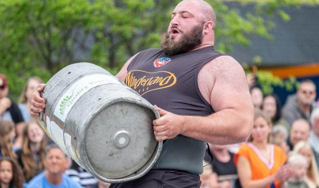 Alex Moonen in de weer met een zwaar vat. Foto: Burry van den Brink