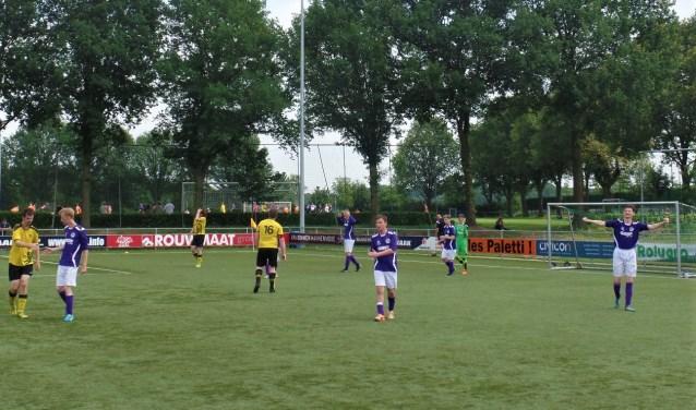 De spelers van Grol/Longa zijn blij na een zwaarbevochten overwinning. Foto: Henri Walterbos
