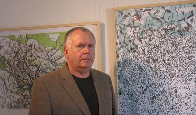 Phillip Pohl bij zijn schilderijen die geëxposeerd worden inde Koppelkerk. Foto: PR
