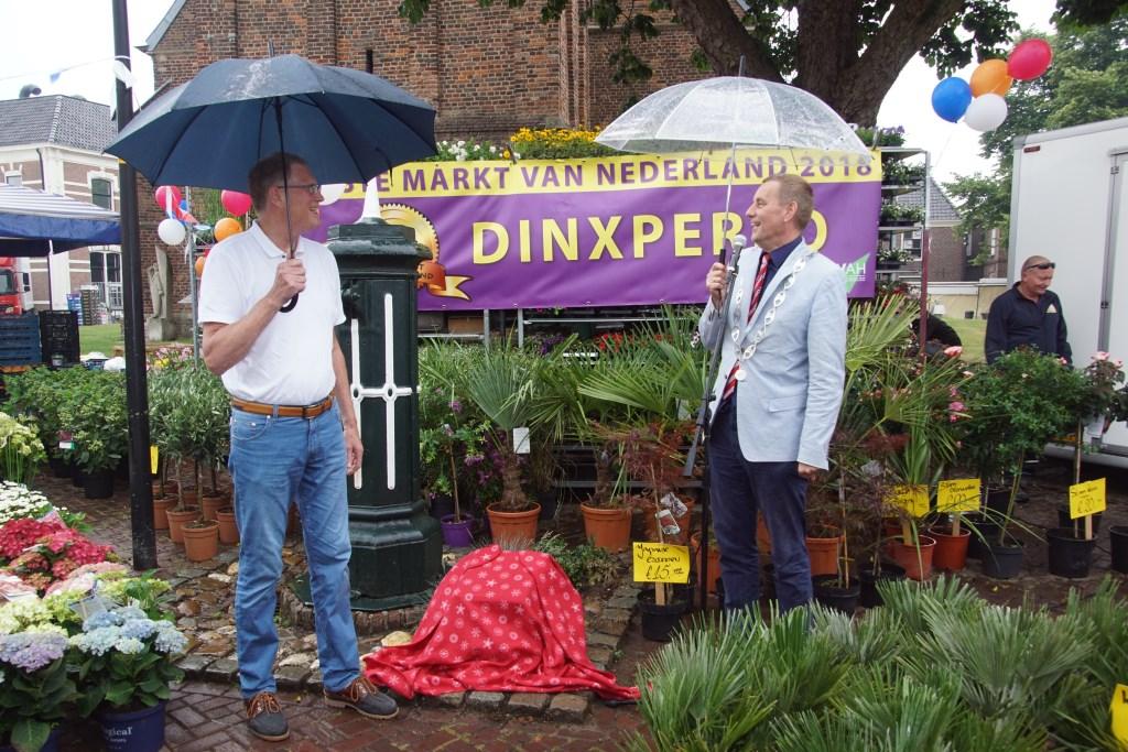 Ondanks het regentje, lachende gezichten van Albert Pomper en Anton Stapelkamp juist voor de onthulling van de plaquette. Foto: Frank Vinkenvleugel  © Achterhoek Nieuws b.v.