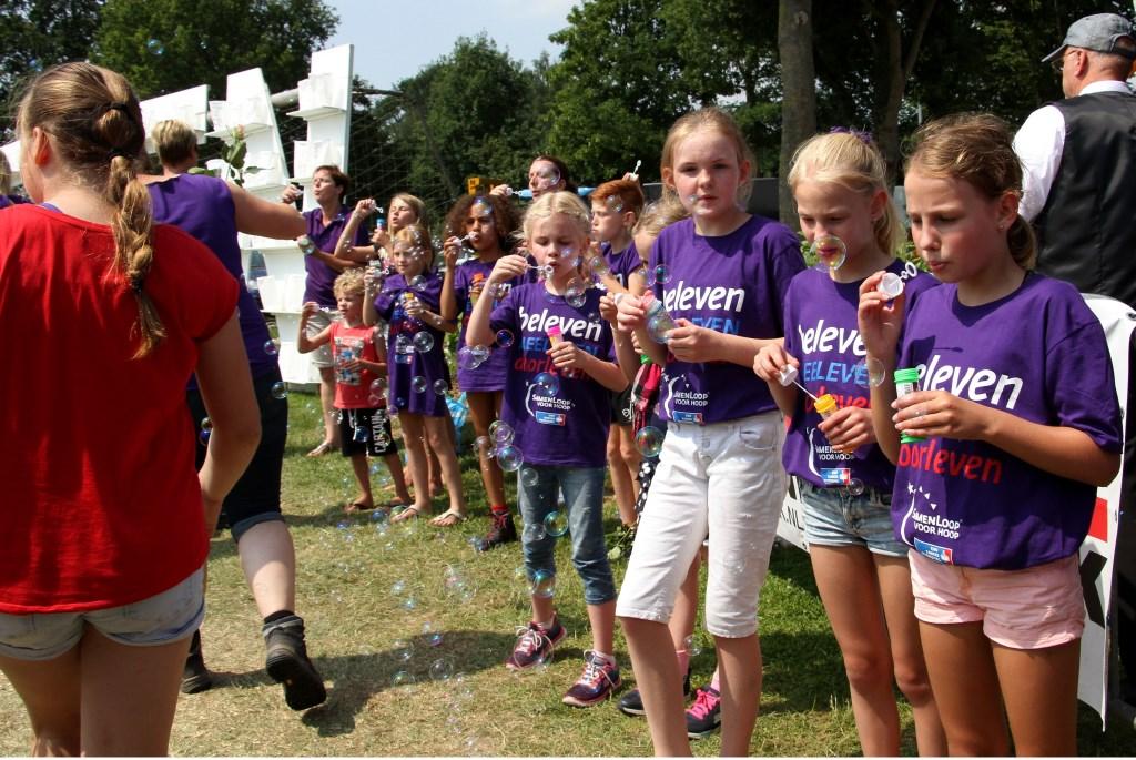 Kinderen blazen bellen in de Slotronde. Foto: Liesbeth Spaansen  © Achterhoek Nieuws b.v.