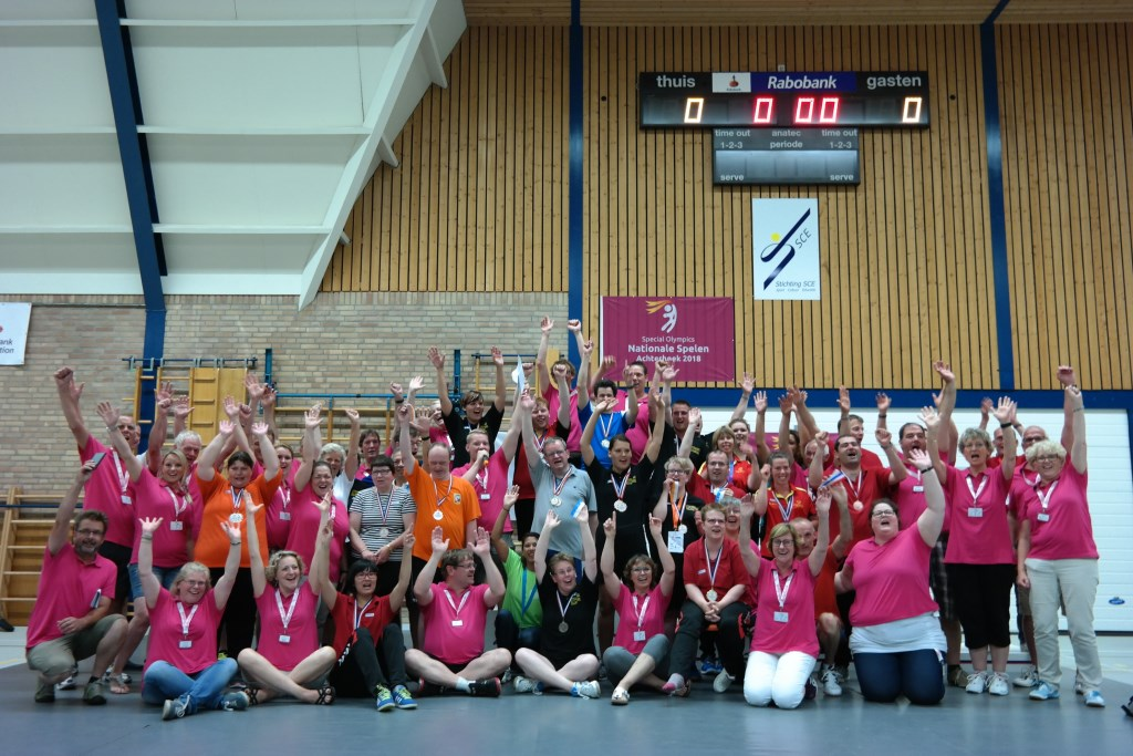 Alle sporters, coaches en vrijwilligers van het Special Olympics Badmintontoernooi. Foto: Bert Wisselink  © Achterhoek Nieuws b.v.