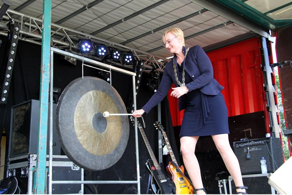 Burgemeester Besselink opent de SamenLoop voor Hoop Bronckhorst. Ze verrichte ook de sluiting met een gongslag. Foto: Liesbeth Spaansen  © Achterhoek Nieuws b.v.