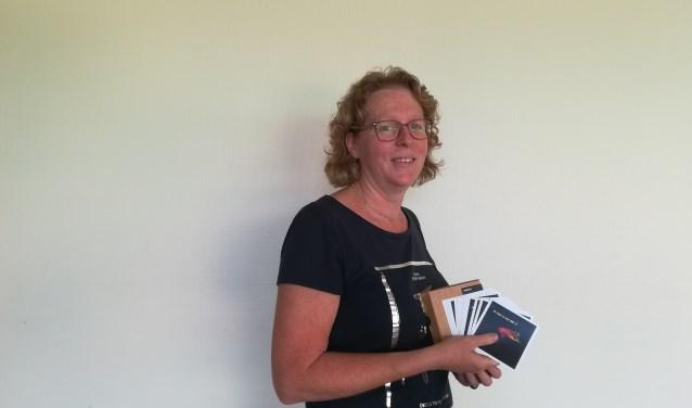 Heleen Verbeek met haar eigengemaakte affiches. Foto Eva Schipper
