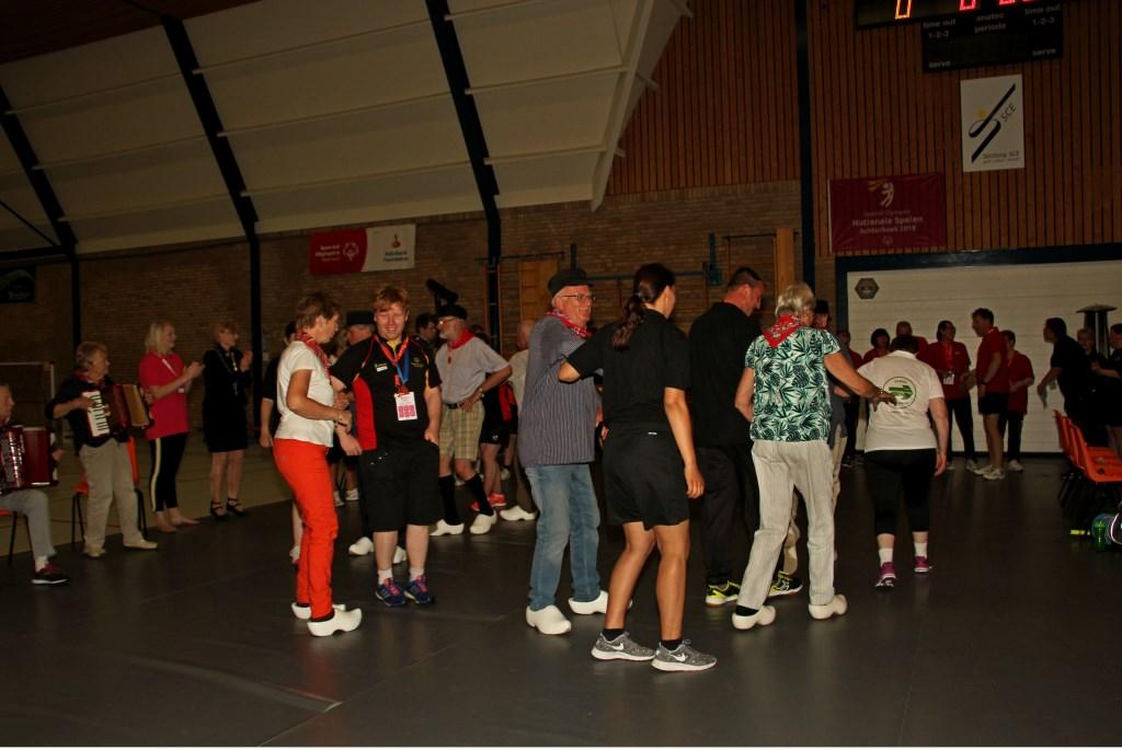 Bij een toernooi hoort een warming-up, van de Knupduukskes. Foto: Liesbeth Spaansen  © Achterhoek Nieuws b.v.