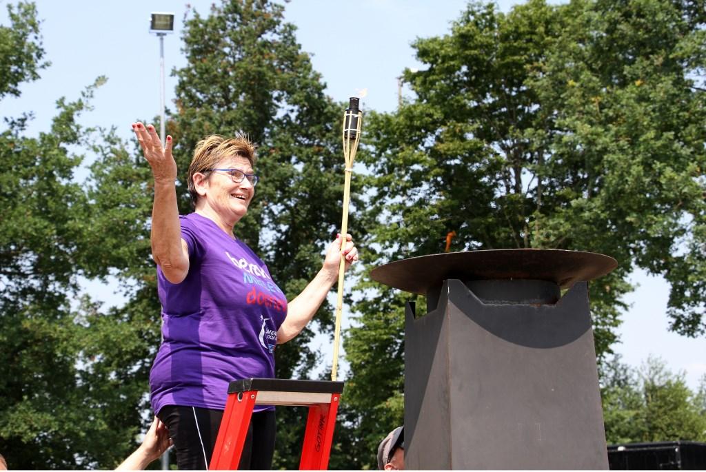 Ambassadeur Wilma Aalderink ontsteekt het SamenLoop Vuur met de vredesvlam. Bij de sluiting doofde zij dit vuur. Foto: Liesbeth Spaansen  © Achterhoek Nieuws b.v.