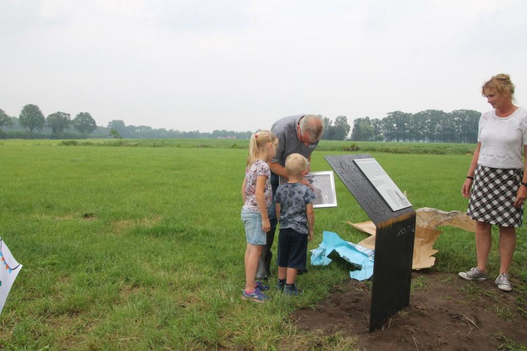 Opa Jan laat Rens en Tess de luchtfoto zien. Foto: Annekée Cuppers  © Achterhoek Nieuws b.v.