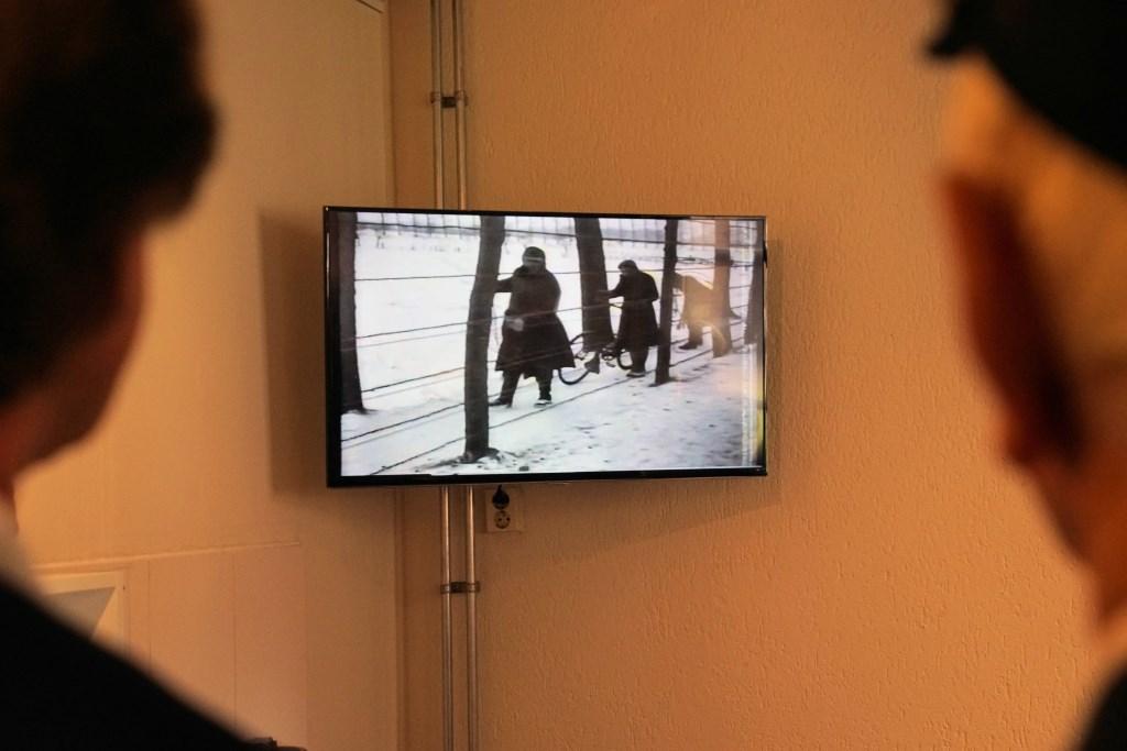 Als openingshandeling werd een filmfragment over het plaatsen van het hek op de grens gestart. Foto: Frank Vinkenvleugel