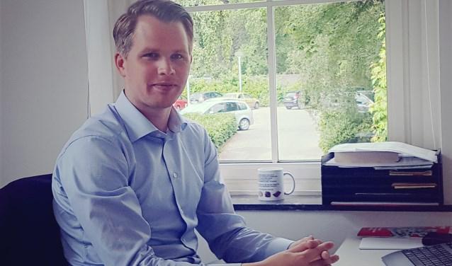 Wethouder Bart Porskamp in zijn werkkamer in het gemeentehuis van Oost Gelre in Lichtenvoorde. Foto: Kyra Broshuis