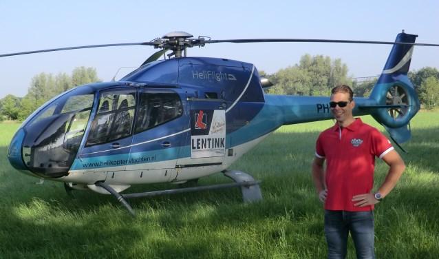 Daniel Lentink bij de helikopter, waarin hij mocht plaatsnemen. Foto: PR