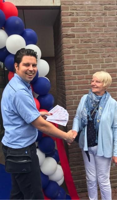 Vaste klant mevrouw B. Wissink was de winnares van de hoofdprijs van de krasactie. Foto: PR