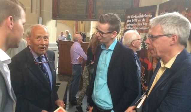 Wethouder Mathijs ten Broeke (derde van links) met prof. Johan Oosterman (rechts) in gesprek met een nazaat van de ondertekenaars van de verbondsbrieven, dhr. Nispen tot Sevenaer, en dhr. Bosch, archivaris van Harderwijk. Foto: PR