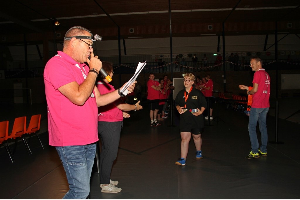 Speaker Maarten Sluiter stelde de badmintonners voor. Foto: Liesbeth Spaansen  © Achterhoek Nieuws b.v.