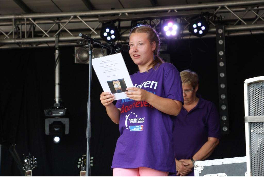 Marije Luimes leest haar gedicht voor. Foto: Liesbeth Spaansen  © Achterhoek Nieuws b.v.