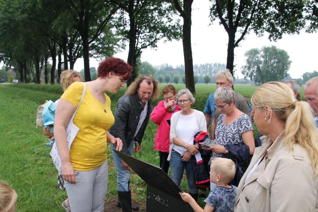 Een informatiebord markeert het begin van de wandelroute. Foto: Annekée Cuppers  © Achterhoek Nieuws b.v.