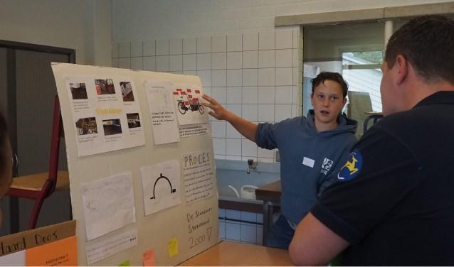 Een leerling van het technasium licht zijn ontwerp toe aan een professional van Gazelle. Foto: PR