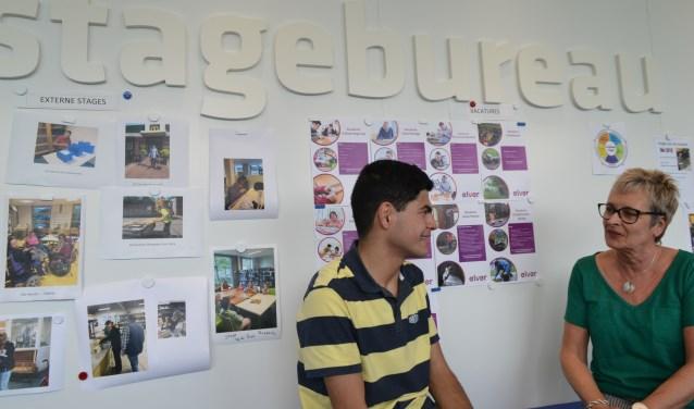 José Penterman-Kemkens in gesprek met een leerling. Foto: Leander Grooten